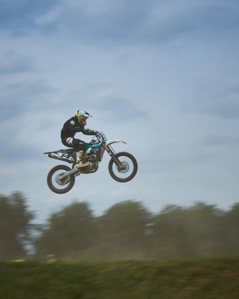 Motocross Mitzieher bei 1/80s in der Luft